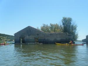 Casa abandonada -e inundada- en mitad del pantano